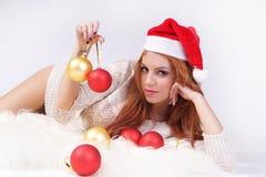 Κορίτσι με τις σφαίρες Χριστουγέννων. Στοκ Φωτογραφίες