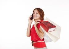 Κορίτσι με τις τσάντες αγορών που καλούν με κινητό τηλέφωνο Στοκ Εικόνες