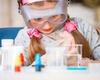 Κορίτσι με τις φιάλες για τη χημεία στοκ εικόνα με δικαίωμα ελεύθερης χρήσης
