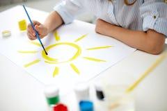 Κορίτσι με τον ήλιο σχεδίων βουρτσών σε χαρτί Στοκ εικόνες με δικαίωμα ελεύθερης χρήσης