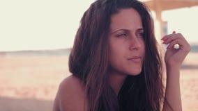 Κορίτσι με τον αέρα στην τρίχα στην παραλία απόθεμα βίντεο