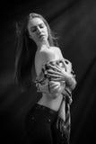 Κορίτσι με τον απογυμνωμένο ώμο Στοκ Εικόνες
