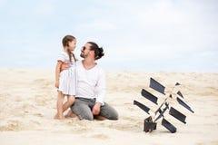 Κορίτσι με τον ευτυχή ωκεανό ακτών ικτίνων πατέρων της πετώντας Στοκ εικόνες με δικαίωμα ελεύθερης χρήσης