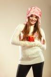 Κορίτσι με τον κάλαμο στην κούπα Χριστουγέννων Στοκ εικόνα με δικαίωμα ελεύθερης χρήσης
