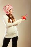 Κορίτσι με τον κάλαμο στην κούπα Χριστουγέννων Στοκ φωτογραφίες με δικαίωμα ελεύθερης χρήσης