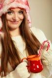 Κορίτσι με τον κάλαμο στην κούπα Χριστουγέννων Στοκ εικόνες με δικαίωμα ελεύθερης χρήσης