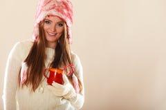 Κορίτσι με τον κάλαμο στην κούπα Χριστουγέννων Στοκ Εικόνες
