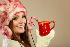 Κορίτσι με τον κάλαμο στην κούπα Χριστουγέννων Στοκ Φωτογραφία