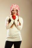 Κορίτσι με τον κάλαμο στην κούπα Χριστουγέννων Στοκ φωτογραφία με δικαίωμα ελεύθερης χρήσης