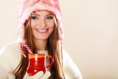 Κορίτσι με τον κάλαμο στην κούπα Χριστουγέννων Στοκ Εικόνα
