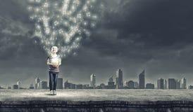 Κορίτσι με τον κάδο Στοκ φωτογραφίες με δικαίωμα ελεύθερης χρήσης
