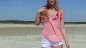 Κορίτσι με τον τέλειο αριθμό στο μαγιό στην παραλία φιλμ μικρού μήκους