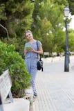 Κορίτσι με τον υπολογιστή ταμπλετών Στοκ εικόνες με δικαίωμα ελεύθερης χρήσης