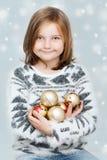 Κορίτσι με τους βολβούς Χριστουγέννων Στοκ Φωτογραφία