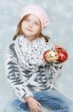 Κορίτσι με τους βολβούς Χριστουγέννων Στοκ εικόνες με δικαίωμα ελεύθερης χρήσης