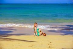 Κορίτσι με τους κοκοφοίνικες στην παραλία Στοκ Εικόνες