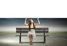 Κορίτσι με το έμβλημα Στοκ εικόνες με δικαίωμα ελεύθερης χρήσης