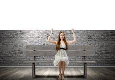 Κορίτσι με το έμβλημα Στοκ Εικόνες