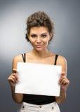 Κορίτσι με το έμβλημα Στοκ φωτογραφίες με δικαίωμα ελεύθερης χρήσης
