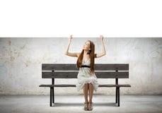 Κορίτσι με το έμβλημα Στοκ Φωτογραφίες