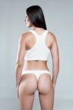 Κορίτσι με το αθλητικό σώμα άσπρο sportswear Στοκ Εικόνες
