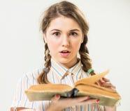 Κορίτσι με το ανοικτό εκλεκτής ποιότητας βιβλίο Στοκ Φωτογραφίες