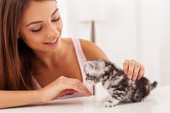 Κορίτσι με το γατάκι Στοκ εικόνα με δικαίωμα ελεύθερης χρήσης