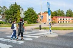 Κορίτσι με το γονέα που διασχίζει την οδό Στοκ φωτογραφίες με δικαίωμα ελεύθερης χρήσης