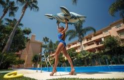 Κορίτσι με το διογκώσιμο δελφίνι στοκ εικόνες