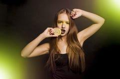 Κορίτσι με το λεμόνι Στοκ φωτογραφίες με δικαίωμα ελεύθερης χρήσης