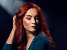 Κορίτσι με το ζωηρόχρωμο makeup Στοκ Εικόνα