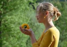 Κορίτσι με το κίτρινο πιπέρι Στοκ Εικόνες