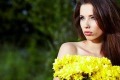 Κορίτσι με το κίτρινο χαμόγελο λουλουδιών Στοκ Εικόνες