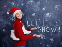 Κορίτσι με το καπέλο Santa με το χιόνι Στοκ Εικόνα