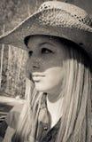 Κορίτσι με το καπέλο αχύρου επάνω στοκ φωτογραφία με δικαίωμα ελεύθερης χρήσης
