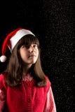 Κορίτσι με το καπέλο στα Χριστούγεννα με το χιόνι Στοκ Εικόνα