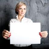 Κορίτσι με το κενό φύλλο Στοκ Φωτογραφία