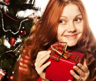 Κορίτσι με το κιβώτιο δώρων Στοκ Φωτογραφία