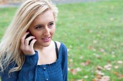 Κορίτσι με το κινητό τηλέφωνο στοκ φωτογραφία