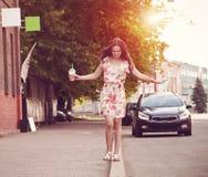 Κορίτσι με το κούνημα γάλακτος στην οδό Στοκ εικόνα με δικαίωμα ελεύθερης χρήσης