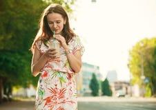 Κορίτσι με το κούνημα γάλακτος Στοκ φωτογραφίες με δικαίωμα ελεύθερης χρήσης