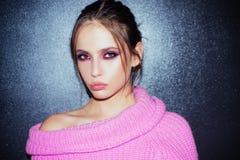 Κορίτσι με το κραγιόν στα χείλια γυναίκα με τη μόδα makeup   Καλλυντικά Makeup και skincare Πορτρέτο μόδας στοκ εικόνα με δικαίωμα ελεύθερης χρήσης