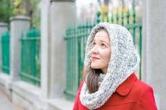 Κορίτσι με το κόκκινο παλτό και περιλαίμιο που ανατρέχει Στοκ εικόνες με δικαίωμα ελεύθερης χρήσης