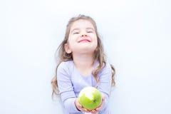 Κορίτσι με το μήλο στοκ εικόνα με δικαίωμα ελεύθερης χρήσης