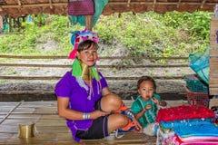 Κορίτσι με το μακρύ λαιμό, Karen, με ένα μικρό παιδί Στοκ εικόνα με δικαίωμα ελεύθερης χρήσης