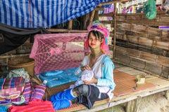 Κορίτσι με το μακρύ λαιμό Karen Στοκ φωτογραφία με δικαίωμα ελεύθερης χρήσης