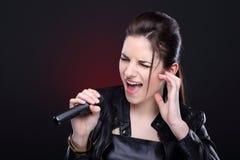 Κορίτσι με το μικρόφωνο Στοκ Φωτογραφία