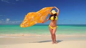 Κορίτσι με το μπικίνι και καπέλο που απολαμβάνει τις θερινές καραϊβικές διακοπές της Εξωτικές νησί και παραλία φιλμ μικρού μήκους