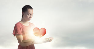 Κορίτσι με το νέο βιβλίο Στοκ φωτογραφία με δικαίωμα ελεύθερης χρήσης