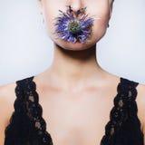 Κορίτσι με το λουλούδι στο στόμα Στοκ Εικόνες